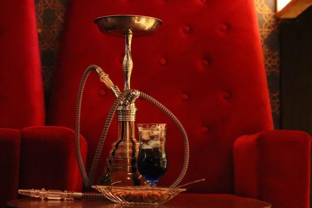 С сегодняшнего дня в России запрещено курить кальяны, вейпы и электронные сигареты в кафе