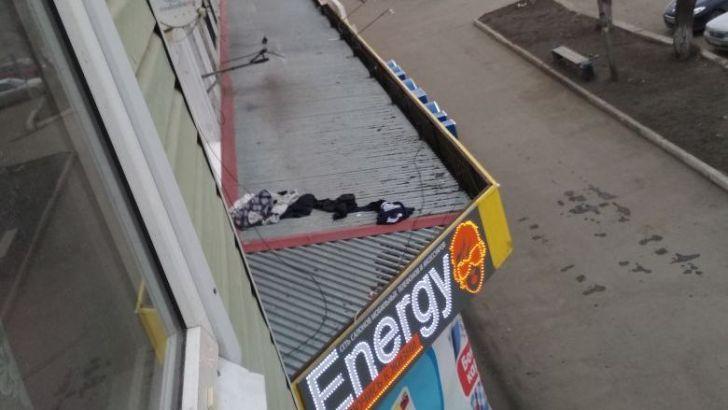 Пытаясь покинуть квартиру через окно, житель Бийска упал с высоты и получил тяжелые травмы