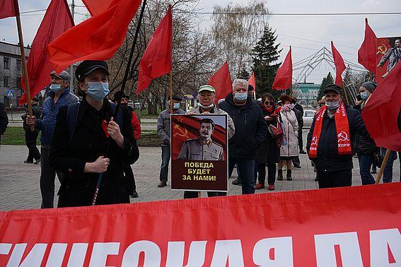 В наукограде 1 Мая встретили шествием с красными флагами под оркестр