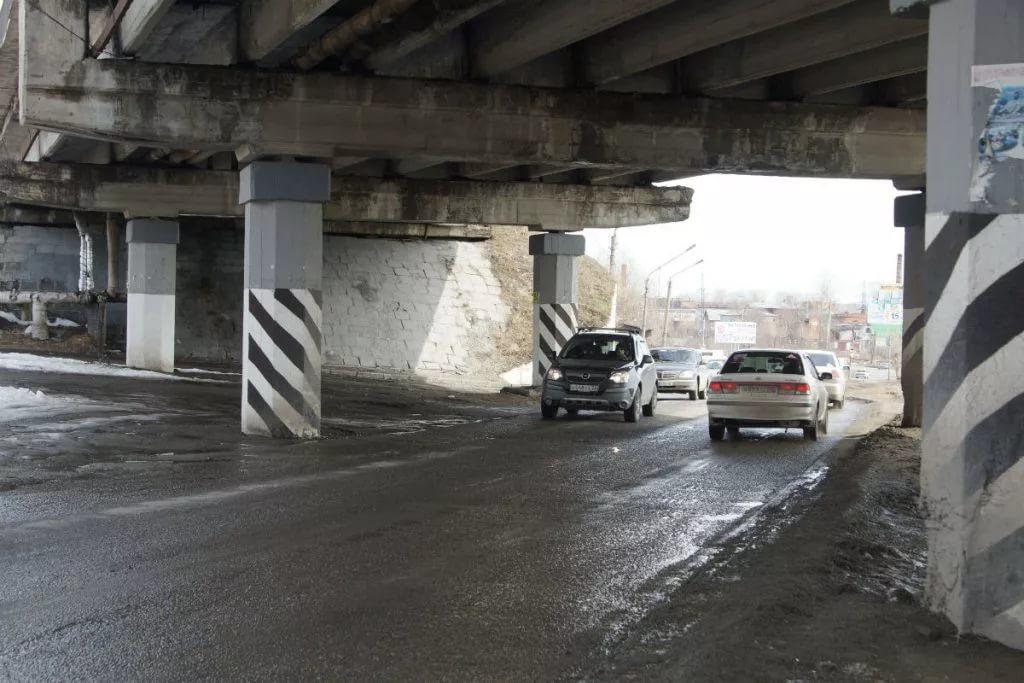 Мэрия начала поиск вариантов расширения дороги под путепроводом в районе бывшей табачки