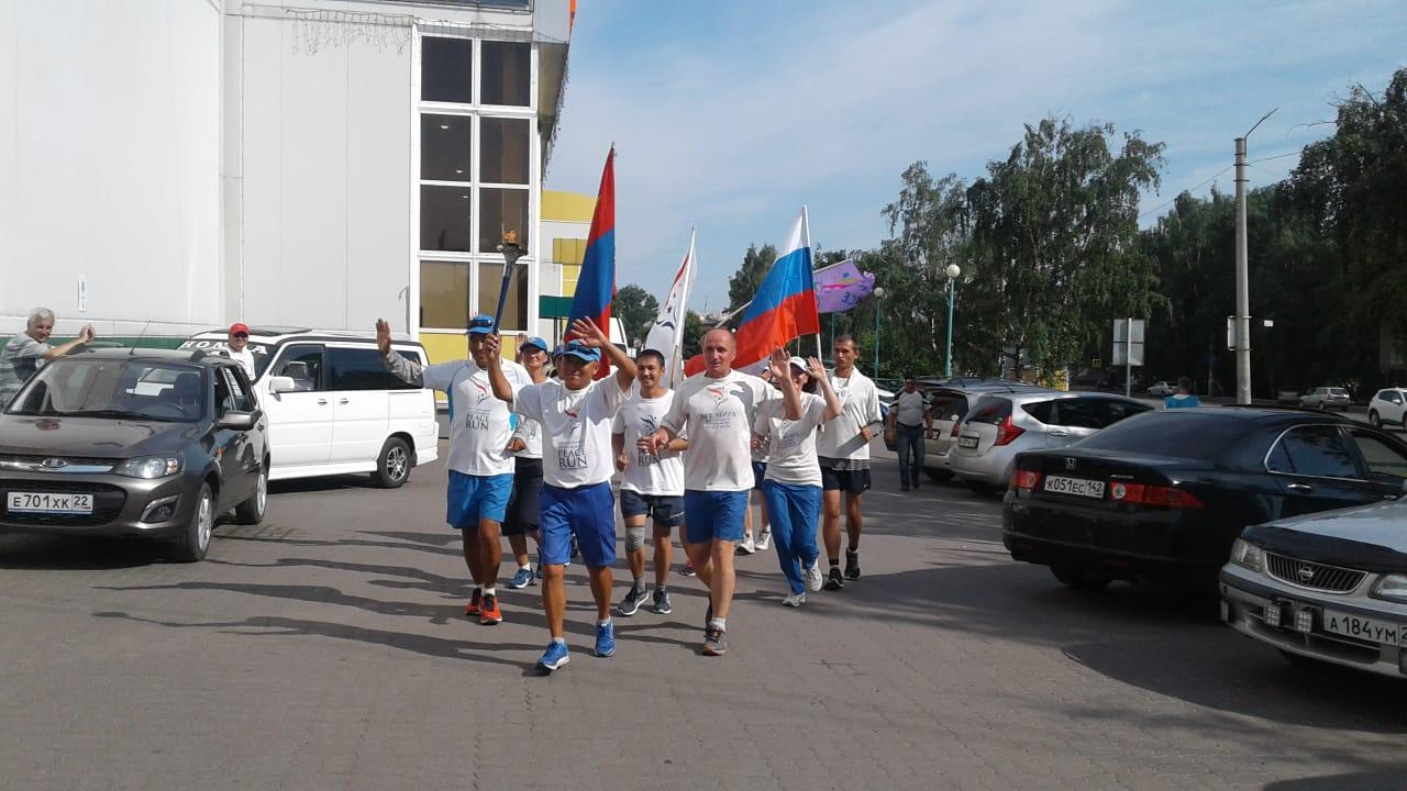 Бийск проводил группу спортсменов Международного факельного пробега «Бег Мира»