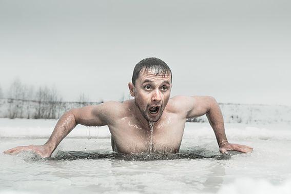 Роспотребнадзор Алтайского края разрешил купание в проруби, несмотря на пандемию