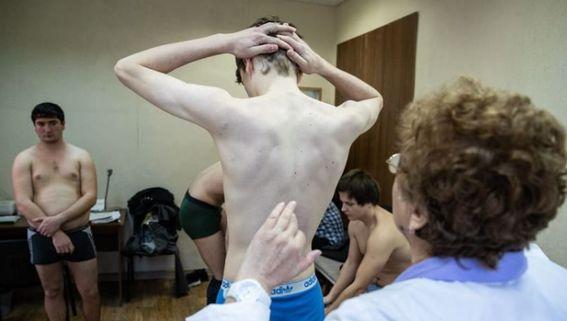 Госдума приняла в решающем чтении закон об освобождении от медкомиссии призывников с отсрочкой по учёбе