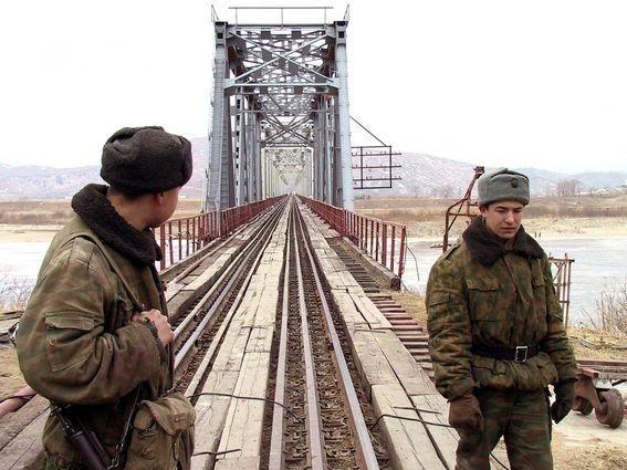 Российские дипломаты покинули Северную Корею, вручную толкая дрезину по рельсам