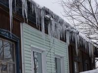 Госинспекция Алтайского края просит жителей Бийска сообщить о скоплениях снега и сосульках на крышах домов