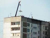 На крыше дома по улице Советской 216 восстанавливают рухнувшую весной плиту