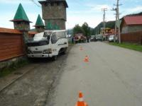 Водитель из Бийска врезался в бетонную ограду