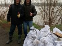 1 мая бийчане втроем очистили от мусора 150 метров берега Бии