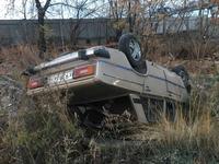 Водитель сбежал после того, как машина перевернулась на крышу