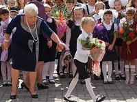 «Путинские» 10 тысяч рублей родителям школьников поступят на карты в середине августа