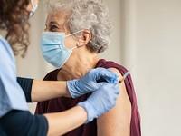 В Алтайском крае начали прививать от коронавируса людей старше 80 лет