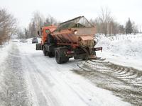 Бороться с наледью на дорогах Бийска будут мокрым песком