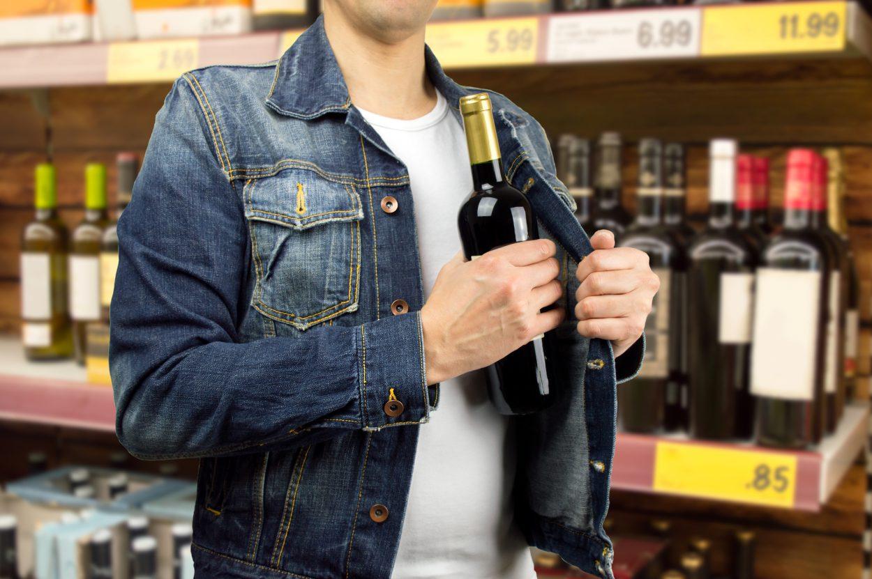 Дерзкий похититель шампанского не успел насладиться игристым напитком