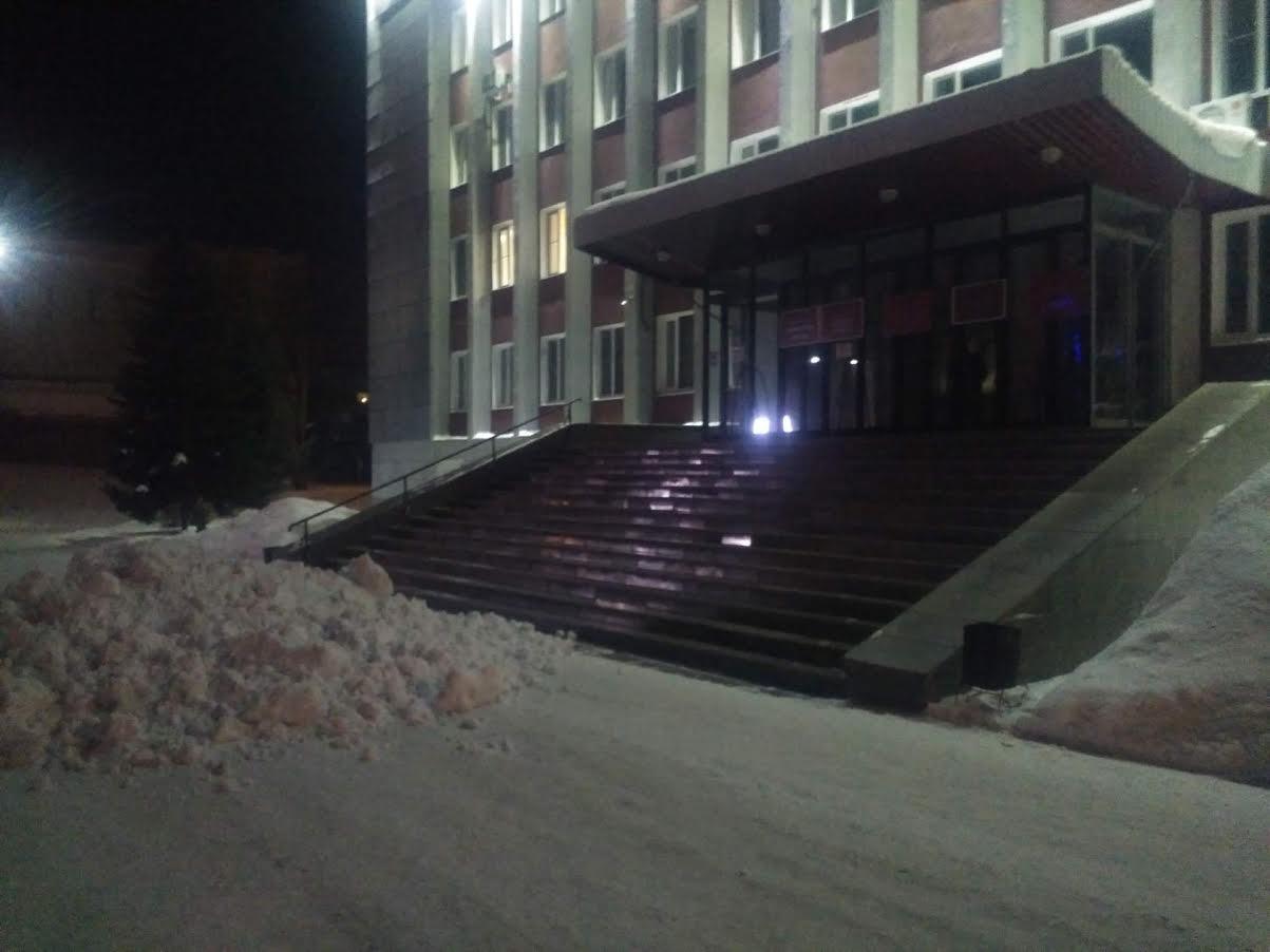 Водителю КАМАЗа, сгрузившему снег у крыльца городской администрации, грозит административный штраф