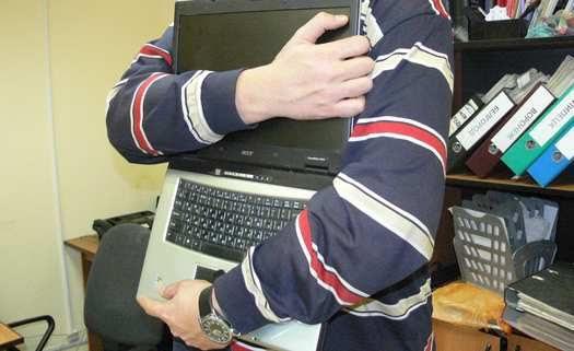 Ранее судимый житель Бийска задержан за кражу компьютерной техники из школ