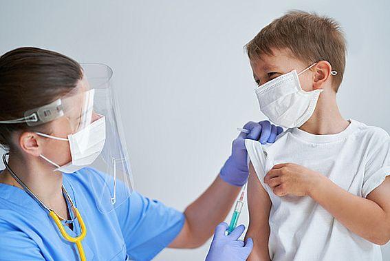Власти стимулируют регионы на увеличение темпов вакцинации. Вакцина для детей скоро пройдет регистрацию