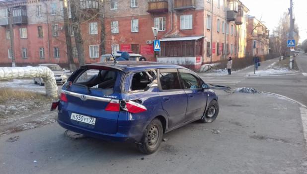 КамАЗ дорожников врезался в легковой автомобиль