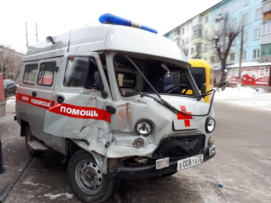 Утром, 22 февраля, трамвай «протаранил» машину скорой помощи